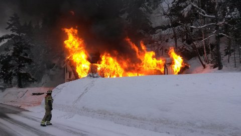 Huset ble brent ned på oppdrag av Statens Vegvesen i forbindelse med utbygging av rv33.