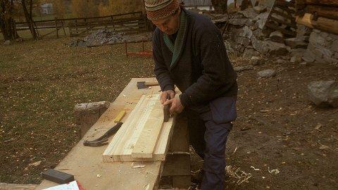 Høvling av profil på takbord til støpulen ved Lomen stavkirke. Foto: Hans Marumsrud/Riksantikvaren