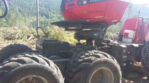 Valdres Skog har tatt av beltene på skogsmaskinene. De har også med seg vanntanker og slokkeutstyr.