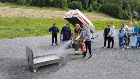 Brannslukning: Elevene tester brannslukningsapparat.