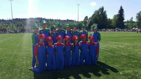 Troppen samlet: Troppen viste det samme som de skal opptre med i Belgia da Barnekretsturnstevnet ble arrangert på Vardal idrettspark tidlig i juni.