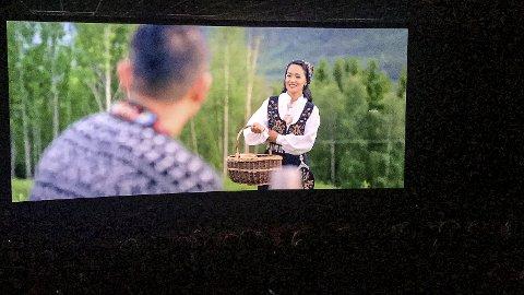 Spilt inn i Valdres: Kjærlighetshistorien til Umesh og Kabita slår an på nepalske kinoer. Her er Kabita ikledd valdresbunad i en scene fra filmen, som er spilt inn i Hedalen.