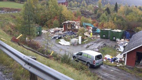Måtte vike: Huset som sto her, måtte vike for den nye fylkesvegtraseen, som skal gå på fylling og gjøre kurva på vegen slakere. Traseen Nedre Øygarden-Bjørgokrysset er på 950 meter.