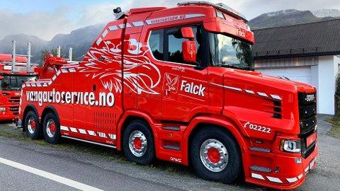 OPPSIKT: Selv de som ikke bryr seg om lastebiler, titter en gang eller to ekstra når de ser Vang Auto-Services nye Scania snutebil. (Foto: Vang Auto-Service)