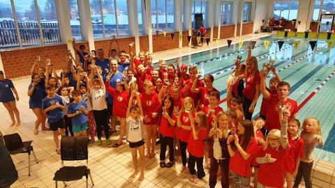 Mange barn: Det var stor deltakelse i Rakfisk svøm i Valdreshallen.