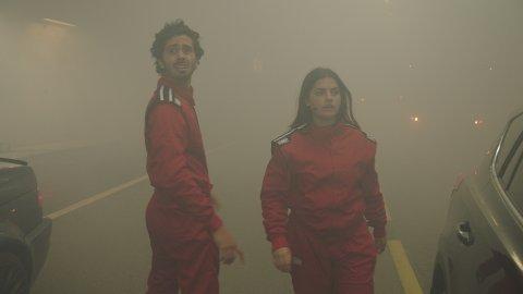 To lag: Vegvesenet har produsert en serie filmer, som følger to lag som befinner seg i en tunnel hvor det er ild og røyk. Vi ser to lag; de unge mot de eldre. Hvem tar de rette valgene når det brenner i tunnelen?