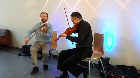 Hilme-konsert: Henning Andersen (t. v.) og Håkon Asheim leverte hardingfeleslåtter etter Olav Moe og Ulrik i Jensestogun.