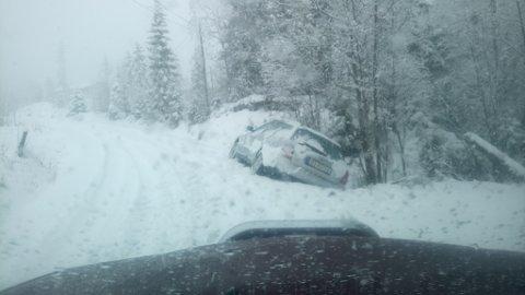 Her ligger bilen til budet i Skrautvål fortsatt. Bildet er tatt klokken 11.40 lørdag formiddag.