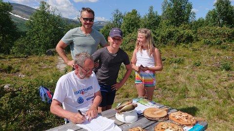 Med 5 abbor på tilsammen 350 g, vant Sander Engh fra Ski den yngste klassen. Her sammen med Finn Hesselberg fra jeger- og fiskarlaget og pappa og søster.