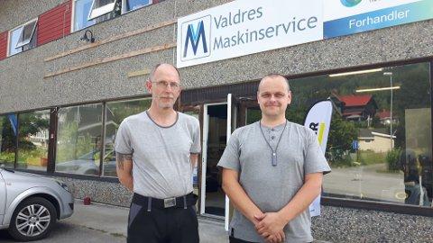 På plass: Frank Sørmoen og Ragnar Grøndalen har fått bedriftslogoen på plass. Butikk og verkstad ligg 300-400 meter nord for rundkjøringa på Leira, i Kongsvegen.
