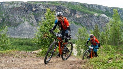 Før start: Team Skørn Offroad, bestående av Stian Ulberg og Vidar Olsen, på rekognoseringsrunde ved Altaelva dagen før start.