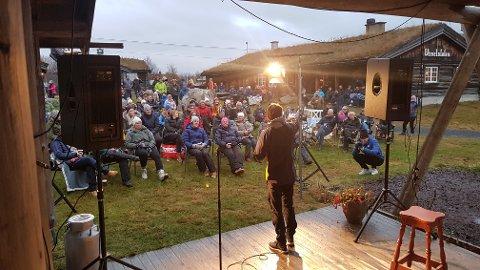 HOLDT VARMEN: Nils-Ingar Aadne, Vetle Thyli og publikum klarte å holde varmen i en kjølig oktoberkved på Vaset