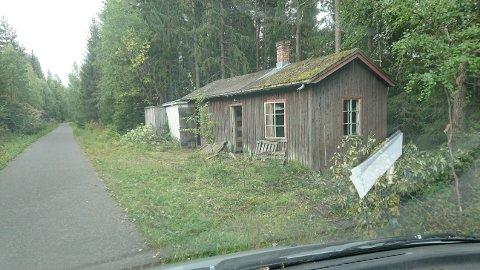 Bane Nor har flere skjemmende bygninger langs den gamle jernbanelinjen. I dag skal denne gå opp i røyk. Foto:Anders Sundvold.