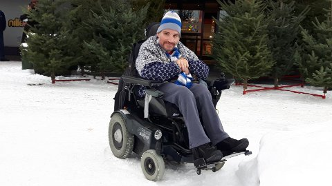 Viktig: Rydd rullestolramper og fortau for snø, og strø skikkeleg, slik at vi i rullestol kjem oss fram, oppfordrar Espen Sundvoll. Men her ved Amfi Valdres var det bra.