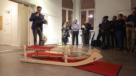 KJELKEN: Statssekretær Knut Aastad Bråten åpna utstillinga Hasansens kjelke. Det er også navnet på kjelken i forgrunnen. Utstillinga var å se på Interkulturelt Museum i Oslo.