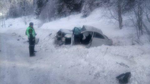 Tonåsen: Det var vinterføre da ulykka skjedde og den unge mannen ble fraktet til Ullevål sykehus i luftambulanse og ble betegnet som alvorlig skadd. Føreren av vogntoget kom fysisk uskadd fra hendelsen. Siden omkom sjåføren av personbilen.