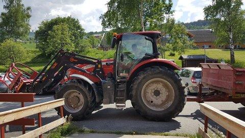 REDDA DAGEN: Grindaheim Røde Kors til unnsetning. I traktoren sitter Gorm Engen Dalåker.