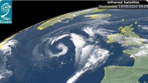 PÅ VEI NORDOVER: Irske meteorologer er ute både med gult, oransje og rødt farevarsel i påvente av uværet Ellen onsdag. Senere i uken beveger lavtrykket seg mot Norge. Foto: (Met Eireann)