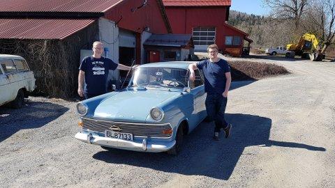 Far og sønn: Her er Tom og Kristian Eckholdt, med sin Opel Caravan Rekord `59 modell.