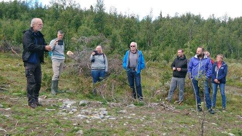 MARKDAG: Om lag tredve personar møtte opp på for å sjå og lære meir om korleis ein kan restaurere attgrodde beiter på markdag på Nørre Trøllhovd på Stølsvidda.