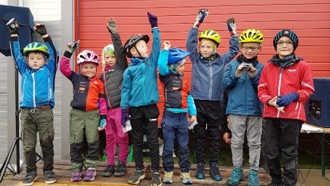 Idrettsglede: Her er det barna som er født i 2013 og 2014 som mottar premie etter endt ritt.