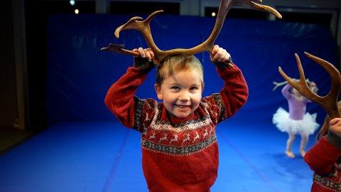 Dyrisk: Barnedansen i Frikar-Smia startar opp att onsdag ettermiddag. Kreativiteten står sentralt. Her held Mathias Aspholt-Weisser (4) eit reinsdyrgevir oppå hovudet.