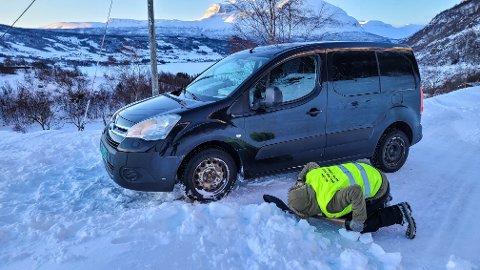 Fastkjørt: Budbilsjåføren måtte ta spaden fatt for å få bilen løs.