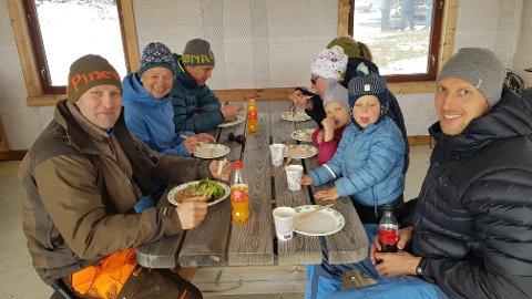Mat: Thomas Hambro, Stig Morten Solberg og familien Vika Helle koste seg med maten som ble servert.