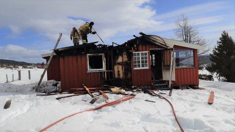 IKKE TIL Å REDDE: Denne hytta ved Hermanstølen ble totalskadd i brann onsdag.