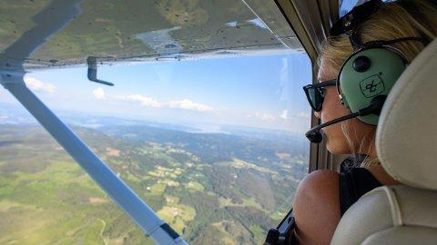 Pilot Hedvig Langehaug fra Gjøvik og Toten Flyklubb, speider etter røyk på den faste overvåkningsruten.