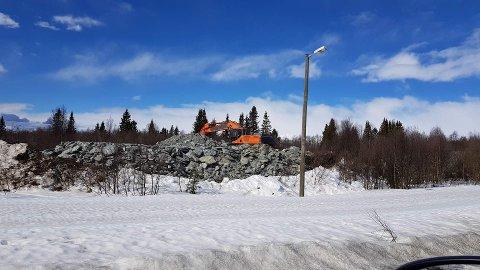 Deponi i Finntøpplie: Slik ser massedeponiet ut per 22. april. No er det tillate 7.000 kubikkmeter, men til sumaren kan det koma heile 30.000 kubikkmeter steinmassar her.
