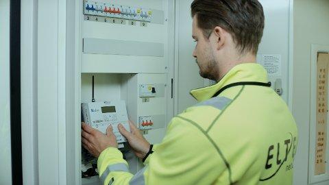 LETTVINT:Fra montering av moderne strømmålere som sender målerstanden automatisk til Hafslund.