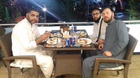 GUTTA PÅ TUR: Nasir Hussain (34), Irfan Kahn (25) og Ole Andreas Heir (25).