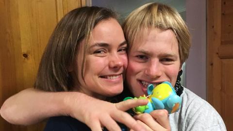 «Når andre barn lo av broren min, var jeg ikke redd for å si til dem: Tenk om det var broren din», skriver Stine Gjestvang (20) om storebroren Fredrik Gjestvang (30), som har sykdommen Angelmans syndrom. FOTO: PRIVAT