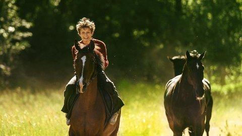 """Filmen """"Ut å stjæle hester"""" er basert på den norske forfatteren Per Pettersons internasjonale bestselger fra 2003."""