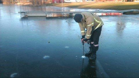 Søndag formiddag var brannvesenet ute og sjekket tykkelsen på isen på Langvannet i Lørenskog.