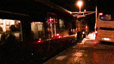 Fredag kveld: Det ødelagte toget framme på Bleiken. Ulykken fører til en innstilt avgang fra Oslo mandag ettermiddag.