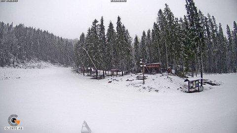 HVITT: Torsdag morgen ser det slik ut på skistadion ved Varingskollen.