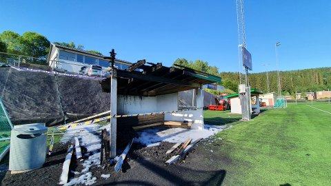STERKTSKADET:Den nedbrente bua på fotballbanen til Gjelleråsen IF onsdag morgen.