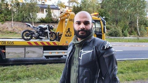 MINDRE UHELL: Sahand Nasiri (27) er kompis med mannen som skled utfor veien på MC lørdag kveld. Han og kompisene til MC-føreren mener det burde vært skiltet at asfalten var nylagt og kunne være glatt.