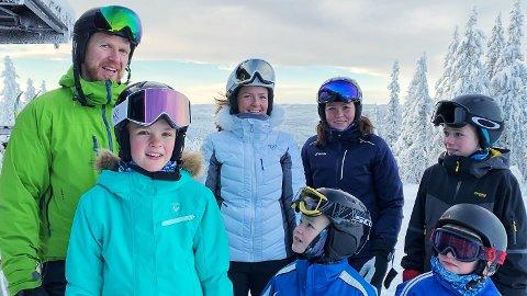 SMØRBLID GJENG: Familiene Elvenes Øksne og Flisen Elevenes er nesten daglig i Varingskollen. I helgen kunne de endelig ta heisen til topps. Foran fra venstre: Mille Flisen Elvenes (10), Jeppe Elvenes Øksne (7) og Jakob Elvenes Øksne (5). Bak: Gaute Øksne (41), Christine Elvenes (36), Camilla Elvenes (40) og Jonathan Elvenes Øksne (12).