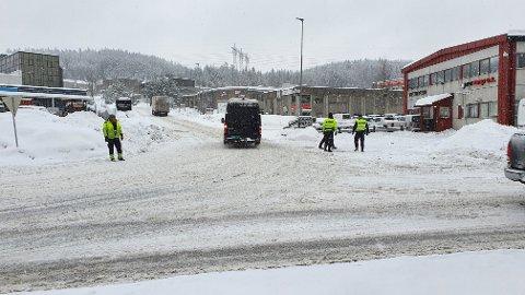 RYDDET OPP: Politiet har her akkurat gjort seg ferdig på stedet i krysset Brennaveien - Industriveien der en trailer skapte kø onsdag ettermiddag.