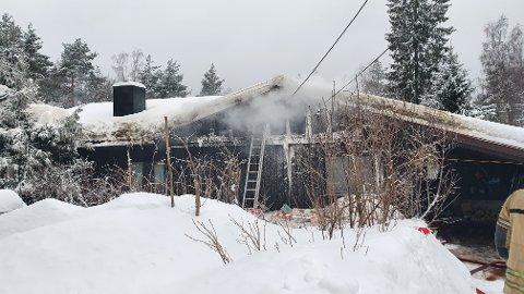 RØYKSKADER: Ifølge brannvesenet på stedet hadde boligen torsdag fått mye røykskade.