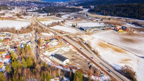 NÆRSENTRUM:Bilde av den svært sentralt plasserte Møbellåven-tomta som nylig ble lagt ut for salg.