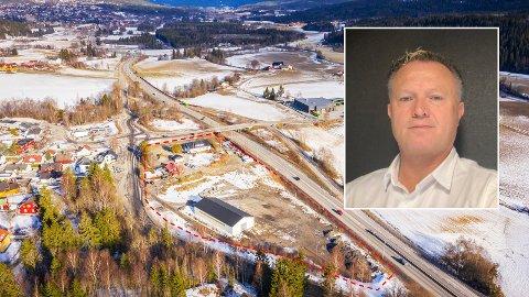 FRAMTIDIGBRANNSTASJON:Møbellåven-tomta på Kjul med styreleder Tom Linder i Næring og Boligutvikling Nittedal AS innfelt.