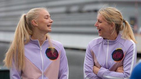MOR OG DATTER: Begge har spilt håndball og fotball, men valgte forskjellig. Nå skal fotballspiller Thea Kyvåg og håndballspiller Sahra Hausmann forene krefter mot fem andre familiepar i «Familiens ære» på NRK.