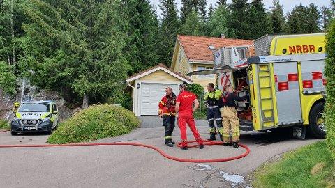 BRANT I ANNEKS: Det tok fyr i et anneks i en hage i Kvartsveien fredag formiddag. Da brannvesenet kom, hadde huseier og naboer gjort mye av jobben selv.