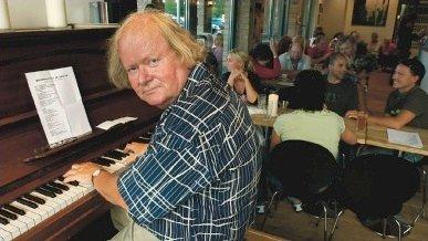 ANNO 2006: Arild Berger spiller på Café Tid på Hagan. Ellers har jazzveteranen gjestet NIL-huset en rekke ganger med ulike bandkonstellasjoner.