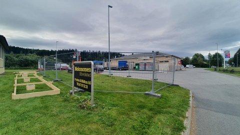 HAR SATT OPP BYGGJERDER: Den nye ladestasjonen settes opp på baksiden av Esso Nittedal, som ligger like ved riksvei 4 på Mosletta.
