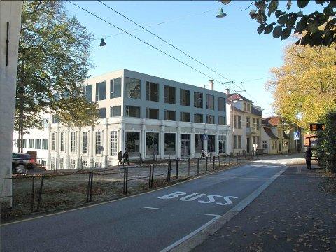 Den gamle bilsalongen som de seneste årene har huset en sykkelbutikk vil bestå og får to nye etasjer over seg. Illustrasjon: Claesson Koivisto Rune/Forum arkitekter